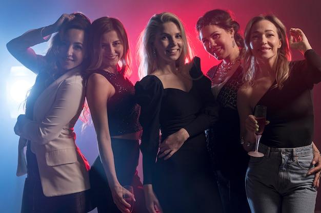 Gruppe von freundinnen auf der party