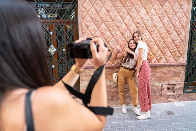 Gruppe von freundinnen, die ein foto machen