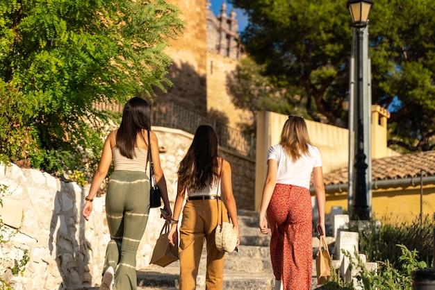 Gruppe von freundinnen, die eine schöne stadt besuchen