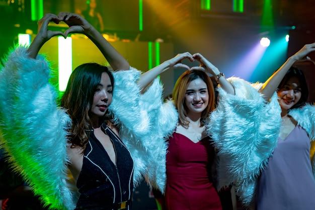 Gruppe von freundinnen, die spaß an der party im tanzclub haben