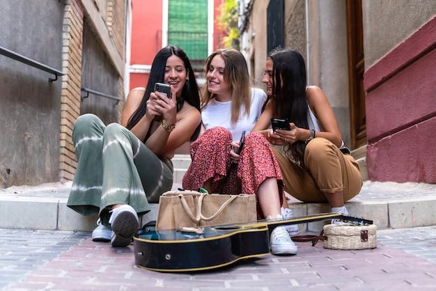 Gruppe von freundinnen mit ihren smartphones