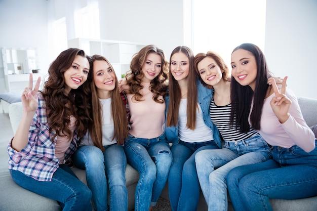Gruppe von freundinnen verbringen zeit miteinander