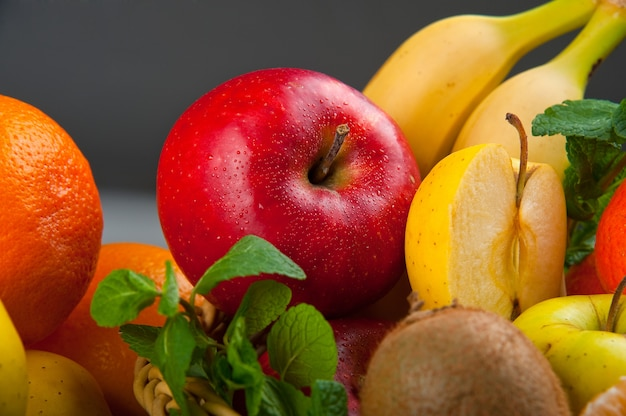 Gruppe von frischem obst und gemüse