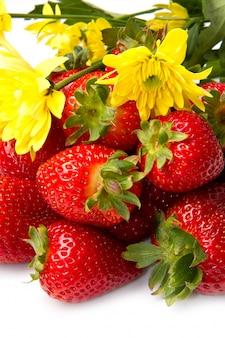 Gruppe von frischen erdbeeren und blumen