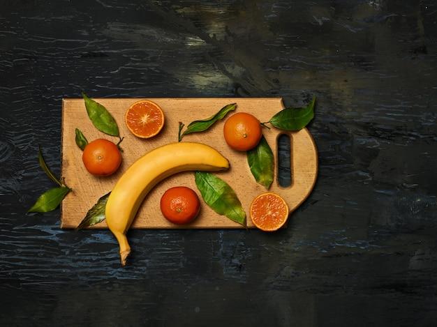 Gruppe von frischen früchten auf holzbrett