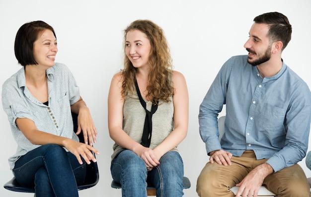 Gruppe von fröhlichen menschen in einer reihe sitzen