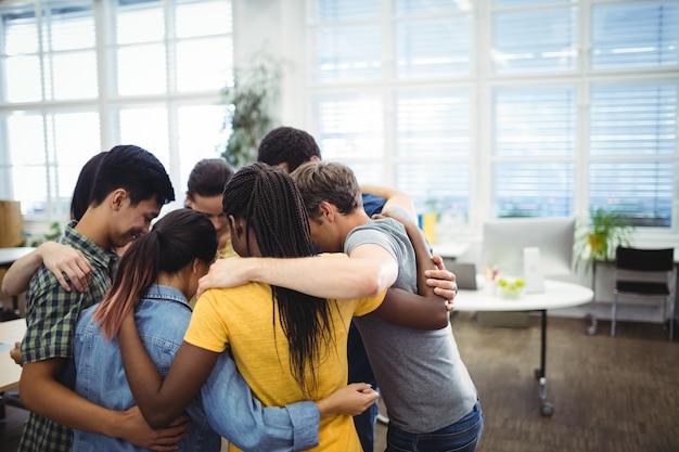 Gruppe von führungskräften bilden huddle