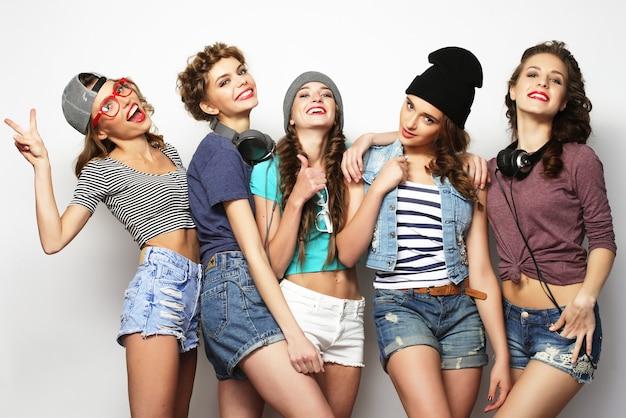 Gruppe von fünf freundinnen, glückliche zeit zum spaß.