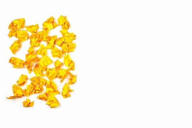Gruppe von gelben zerknitterten papierkugeln auf weißem hintergrund mit kopierraum