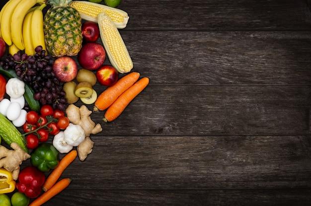 Gruppe von gemüse und früchten auf holztisch