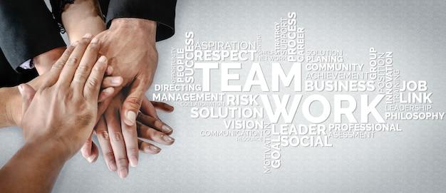 Gruppe von geschäftsleuten, die als erfolgreiche teambuilding-stärke und einheit zusammenarbeiten.