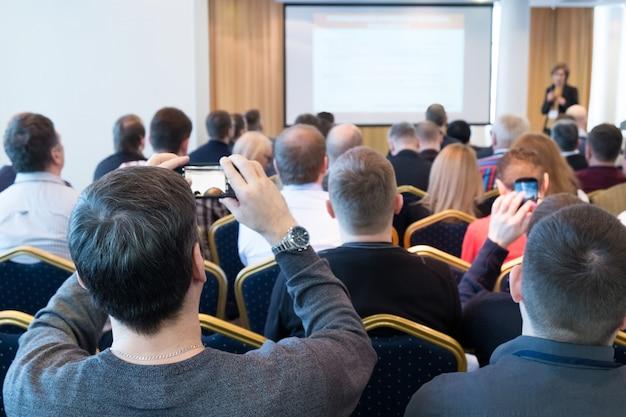 Gruppe von geschäftsleuten, die auf der konferenz zuhören. horizontales bild