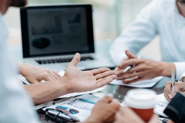 Gruppe von geschäftsleuten, die die finanziellen aspekte eines neuen vertrags diskutieren