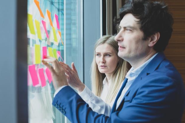 Gruppe von geschäftsleuten, die ideen zum brainstorming entwickeln. unternehmer, die ein stehendes meeting haben, in dem ideen, strategieplanung, problemlösungskonzept diskutiert werden