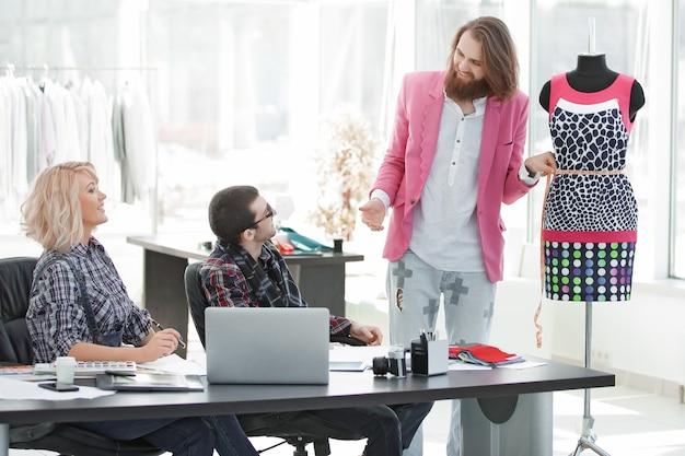 Gruppe von geschäftsleuten, die in einem modebekleidungsunternehmen ein brainstorming durchführen
