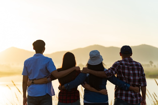 Gruppe von glücklichen freunden sind arme zusammen erhoben, freundschaftsglückskonzept.