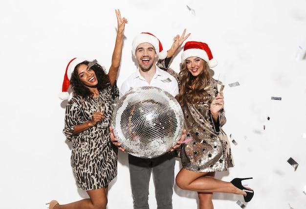 Gruppe von glücklichen jungen klug gekleideten freunden, die neujahrsparty lokalisiert über weißem raum feiern