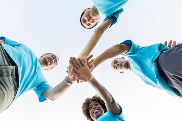 Gruppe von glücklichen und verschiedenen freiwilligen