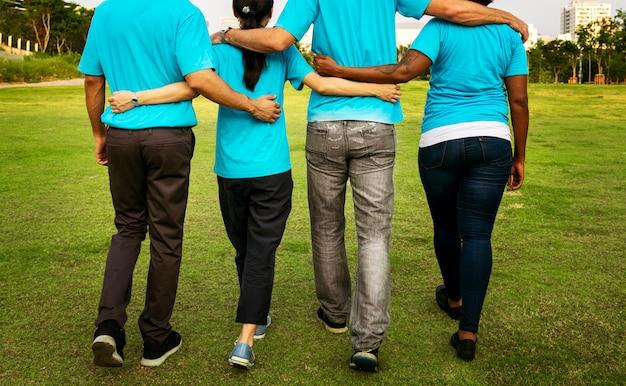 Gruppe von glücklichen und vielfältigen freiwilligen