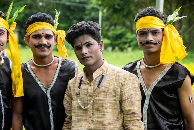 Gruppe von gondi-stämmen, die den weltstammestag feiern, indem sie volkstanz aufführen