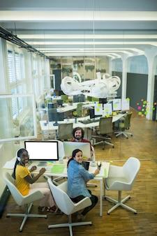 Gruppe von grafik-designern zusammenarbeiten