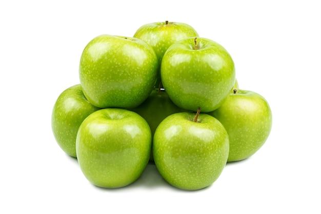 Gruppe von grünen äpfeln isoliert auf weiß, die eine zusammengekauerte gruppe bilden