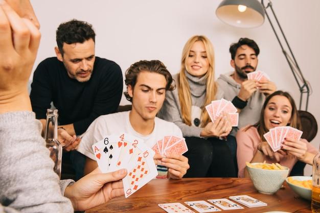 Gruppe von guten freunden spielkarten spiel