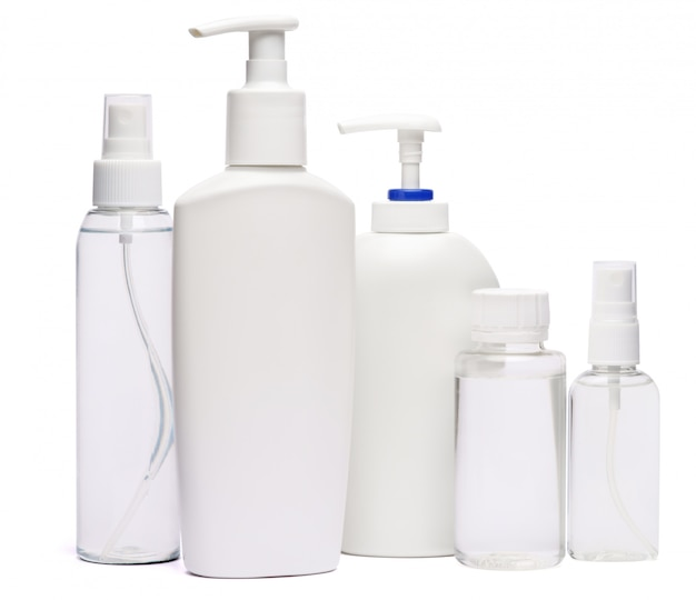 Gruppe von händedesinfektionsspray und flüssigseifenflaschen lokalisiert auf weißem hintergrund
