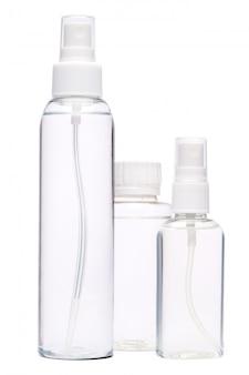 Gruppe von händedesinfektionssprühflaschen lokalisiert auf weißem hintergrund