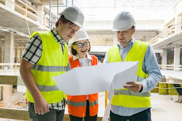Gruppe von ingenieuren, bauherren und architekten auf der baustelle