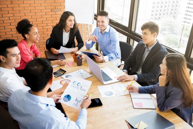 Gruppe von interracial geschäftsleuten brainstorming im besprechungsraum