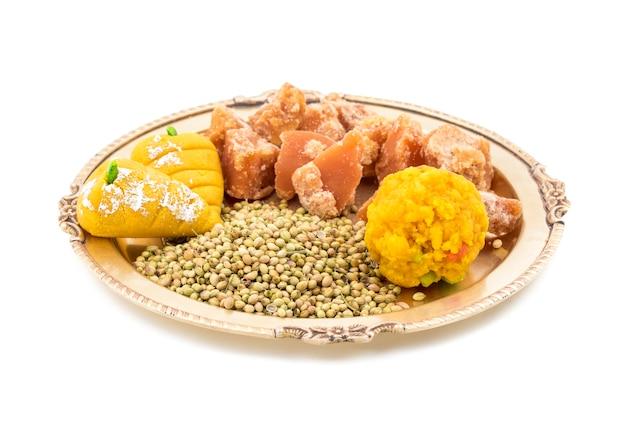 Gruppe von jaggery mit koriandersamen oder indischen bonbons