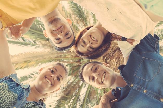 Gruppe von jugendlichen im kreis umarmt