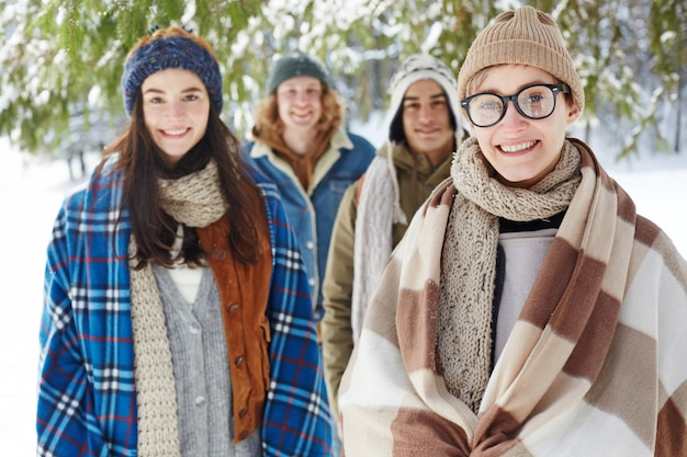 Gruppe von jugendlichen im winterurlaub