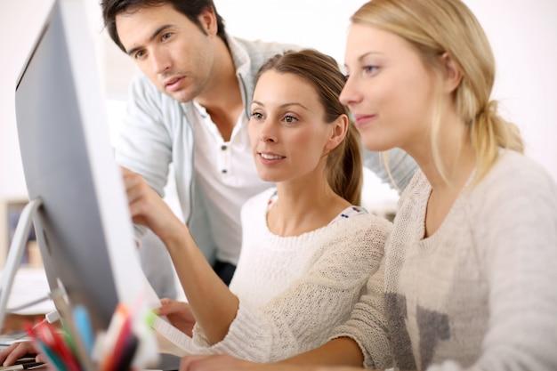 Gruppe von jugendlichen in der business school