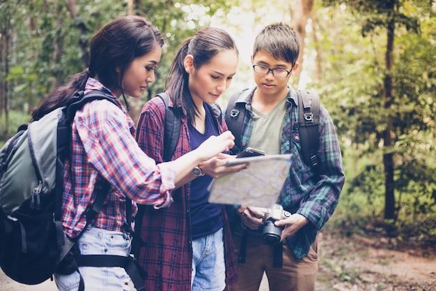 Gruppe von jugendlichen wandern mit freunden rucksäcke wandern entspannen sie sich zeit