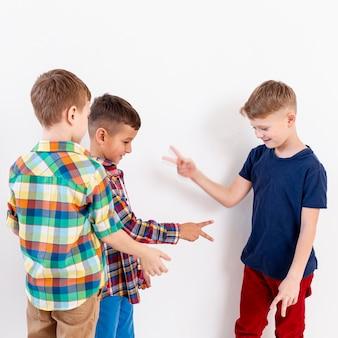 Gruppe von jungen, die papierspiel der steinschere spielen