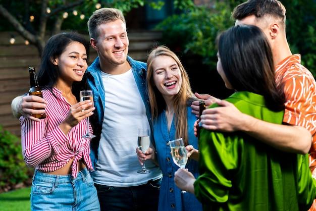 Gruppe von jungen freunden zusammen outdoos