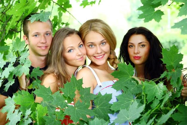 Gruppe von jungen und mädchen im teenageralter