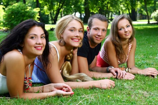 Gruppe von jungen und mädchen