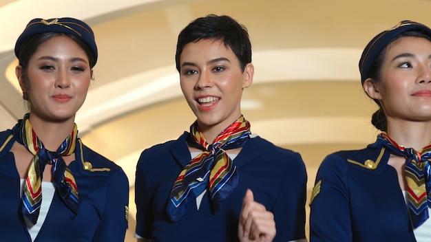 Gruppe von kabinenpersonal in einem flugzeug