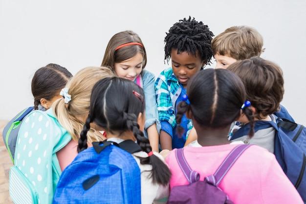 Gruppe von kindern, die auf schulterrasse stehen