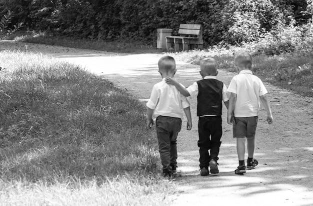Gruppe von kindern, die entlang des weges zur kamera im park laufen
