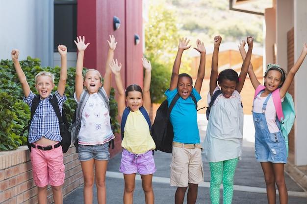 Gruppe von kindern, die in einer reihe am schulcampus stehen