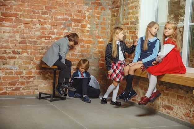 Gruppe von kindern, die zeit nach der schule zusammen verbringen.