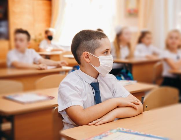 Gruppe von kindern in masken zur vorbeugung von coronaviren
