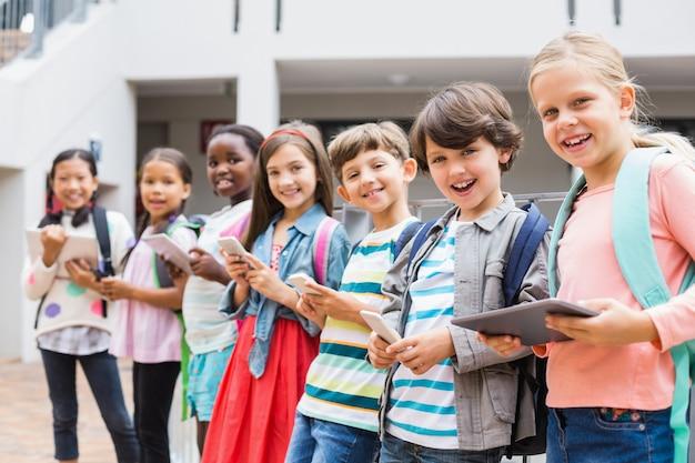 Gruppe von kindern mit handy und digitalem tablet