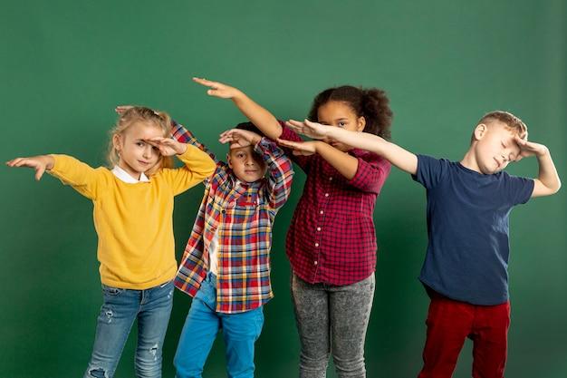 Gruppe von kindern tupfen