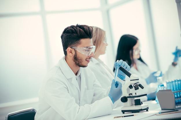 Gruppe von labortechnikern, die tests auf coronavirus überprüfen. wissenschaft und gesundheit