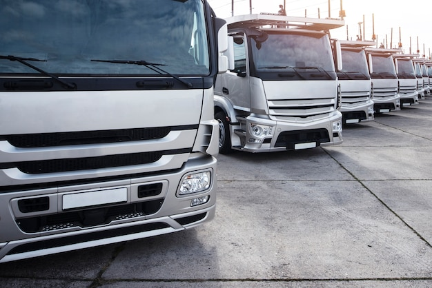 Gruppe von lastwagen in einer reihe geparkt